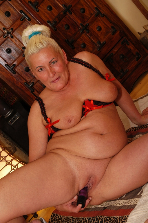 With a thick and curvy body - Mature, MILFs