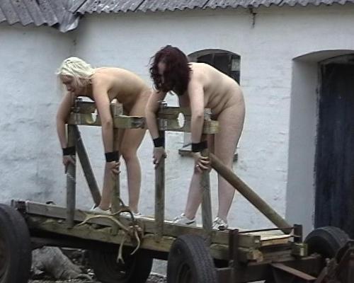 porno-video-devushka-smotrit-kak-trahayutsya