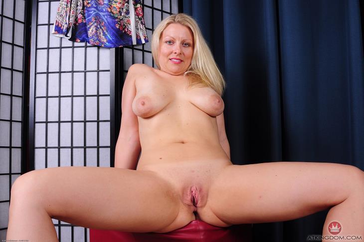 image Zoey tyler vigorously rubs her sweet mature snatch