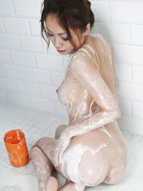 Hot girl masturbates while takinga shower