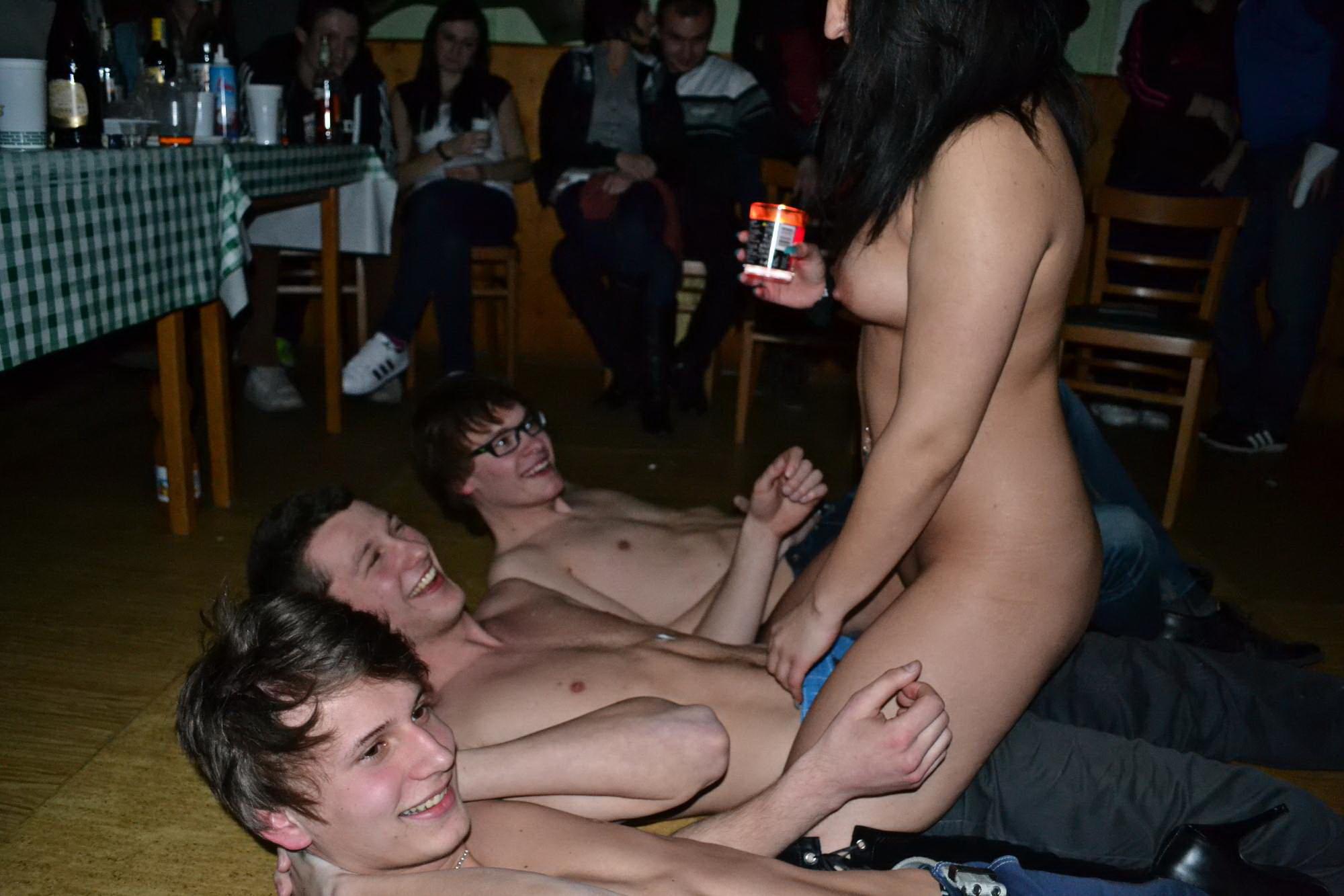 Смотреть частный стриптиз онлайн, Порно видео онлайн: ДомашнееСтриптиз 10 фотография
