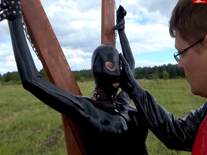 Chained_girl_in_latex__two_dildo__gets_punished.flv.00000.B3,
