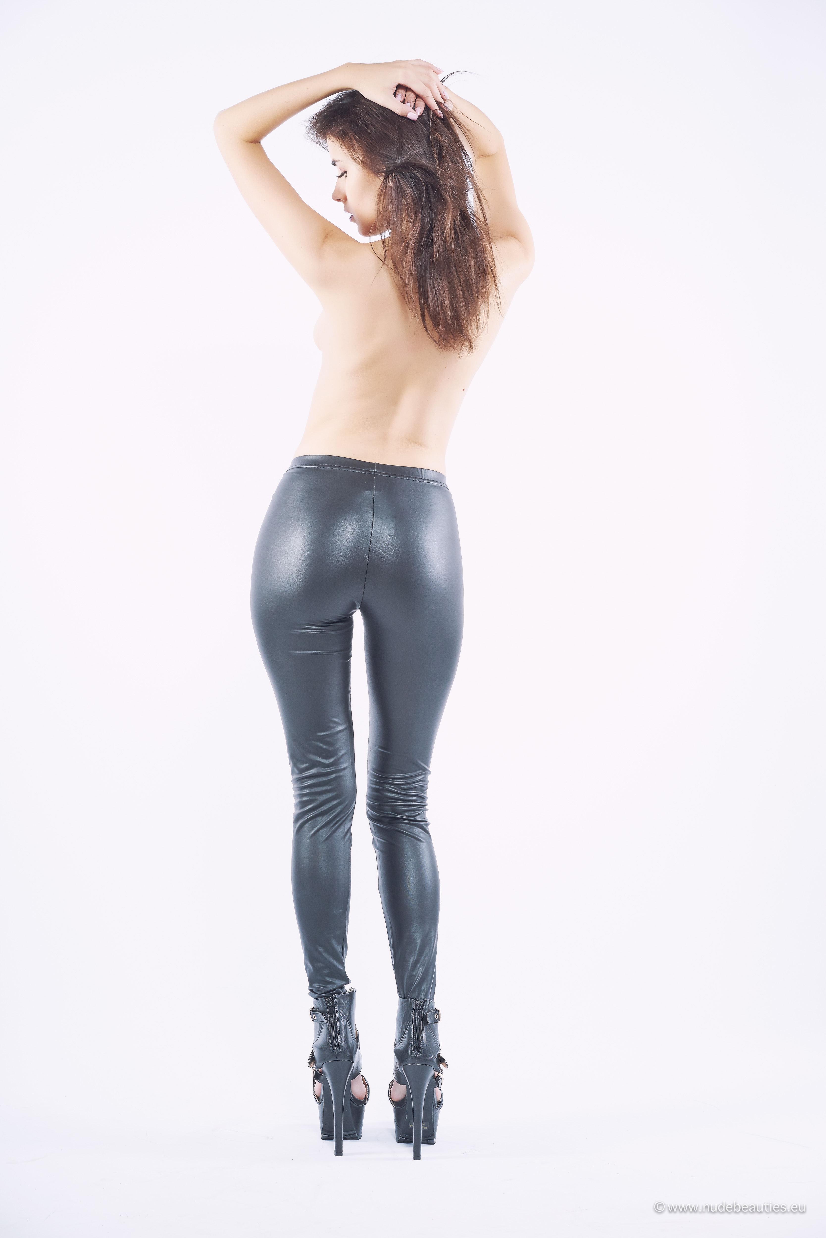 Oct 24,  · Leggings - Leggings are thicker then tights and are usually made from nylon or polyester with a bit on spandex for exploreblogirvd.gq are also skin tight and have become very popular from the athleisure trend. Many companies have changed there dress codes and women are switching from wearing tights to leggings.