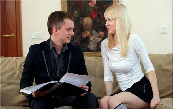 красивая блондинка раздвигает свои ножки для нового босса