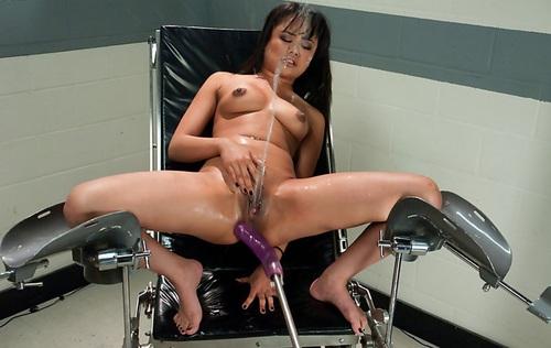 Секс в машине с азиаткой
