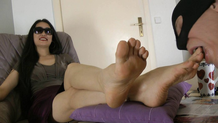 [Image: Foot_Goddess_Leyla_-_Make_Love_With_My_Feet.wmv.jpg]