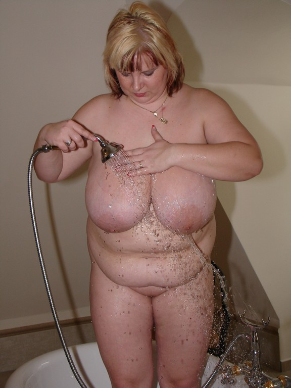 Blonde BBW Julia cleans herself up