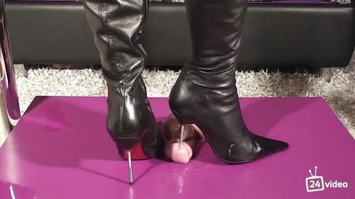 Смотреть порно госпожа бьет по яйцам раба