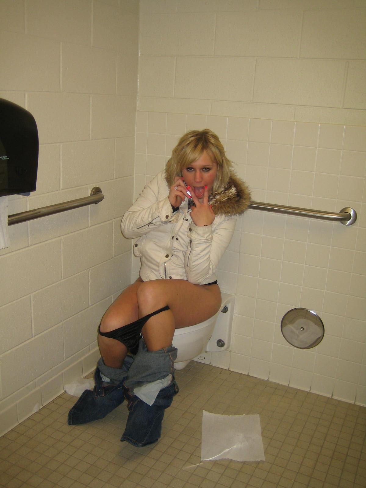 Всё понятно, женщины писают в туалете фото