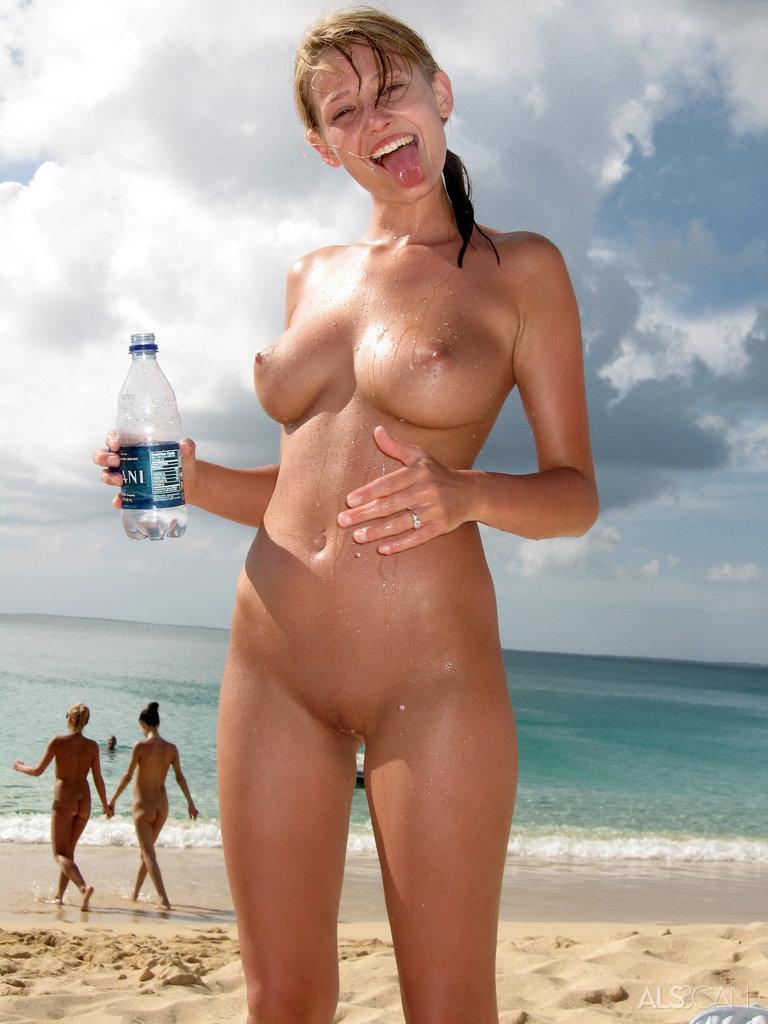 мужчина обнаружил на пляже голую девушку