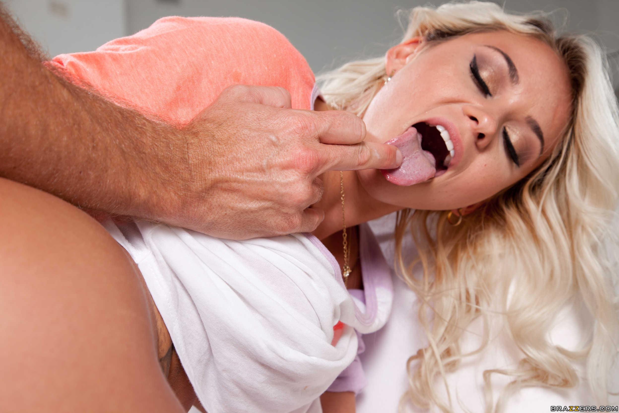 Coger a la jovencita rubia por su culo golosa